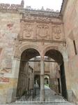 Обходим патио и выходим из аналогичного узорчатого портала, покрытого письменами и узорами, украшенного гербом короля Испании Карла I Габсбурга, содержащего в своем составе гербы испанских и австрийск
