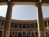 На территории одного из дворцов в Альгамбре.