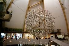Научный центр «Ahhaa». Зал технологии. Это шар распускается, когда под ним на специальную площадку становятся люди, суммарным весом превышающие 185 кг ...
