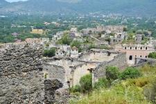 цель похода  - деревня призрак. справа здание главной базилики Паная Пиргиотисса, закрыта на реставрацию