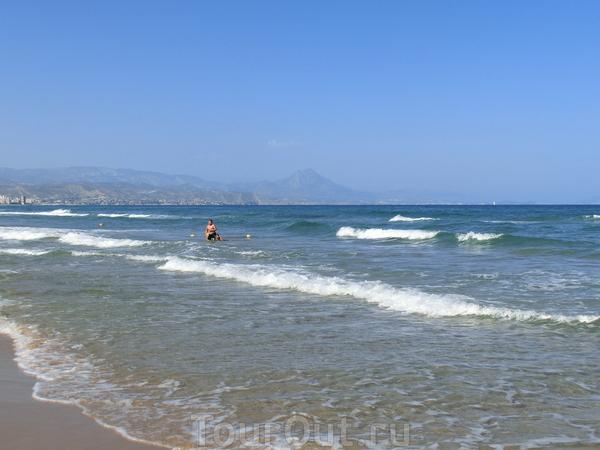 Этот пляж тоже отмечен «голубым флагом», который гарантирует своим гостям комфорт, высокое качество обслуживания, безопасность и чистоту на всей территории.