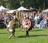На специальных площадках проводятся турниры и поединки.