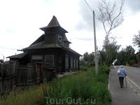 Этот оригинальный домик расположен недалеко от музея