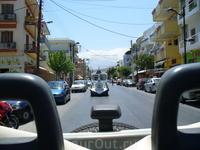 Город Херсонессос, нас догоняет городской транспорт