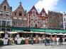 Отели,рестораны,кафе и,неотъемлемая часть Брюгге, туристы во все времена года.