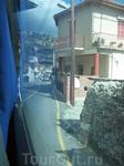 въезжаем на большом автобусе в одну из горных деревушек ))