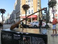 В начале ноября в Мадриде открылась большая выставка Мир Гарри Поттера и для привлечения внимания по городу были установлены некие рекламные артефакты ...