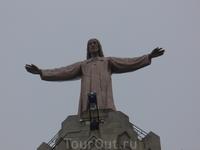 Храм увенчан статуей Христа, открывающего объятия миру