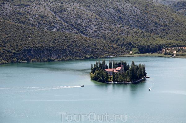 Очаровательный островок Висовац на реке Крка с францисканским монастырем.