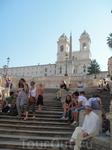 Испанская лестница в Риме, от нее идут улицы, на которых расположены всемирно известные бутики.