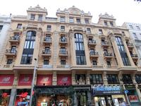 Улица строилась не сразу вся, а естественно постепенно, в три этапа. И теперь она так и существует в трех пролетах: первый - от Алькала до улицы de Montera ...