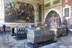В соборе саркофаги везде: в залах, в стенах, под замком, в полу. Выглядит торжественно, скорбно, красиво.