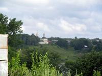 Этот храм расположен на другой стороне оврага от Воскресенского собора