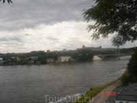 Вид с Тёмного Сада на мост, соединяющий два города, 2 страны, Восток и Запад:)) Эстонцы запустили в реку мальков лосося и форели - рыбалка должна быть ...