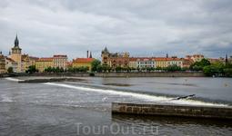 От Влтавы в Крумлове переходим к Влтаве в Праге. Это рядом с Карловым мостом. Он остался слева.