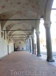 По периметру внутреннего двора идет галерея с портиками, потолок которой также украшен гербами.