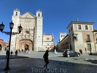 Слева направо - Собор Святого Павла, Коллегия Святого Григория и дворец Пиментель.