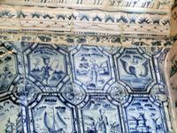 В облицовке этой печки есть уникальная плитка, созданная специально для Меньшикова - крылатое сердце, как отсылка к его фамильному гербу.