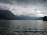 Вид от замка Schloss Ort на озеро Траунзее. Благодаря наибольшей глубине в 191 метр, это озеро является самым глубоким внутренним озером Австрии.
