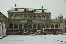 В действительности история возникновения Цвингера создавалась несколькими периодами строительства. В 1710 и 1728 курфюрст Фридрих Август I. (Август Сильный) ...