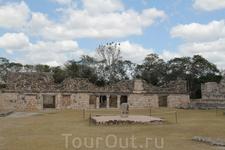 Внутренний двор у пирамиды Предсказателя в Ушмале