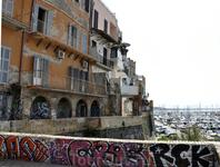 Длинный-предлинный балкон или улица на стене дома!!!