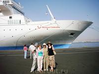 на фоне носа лайнера в порту
