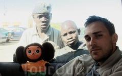 Сенегальские подростки крайне удивлены Чебурашкой - пытаются понять, живой ли он и можно ли его скушать.