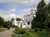 Одной из первых узниц монастыря стала обвинённая в бесплодии жена Василия III Соломония Сабурова, постриженная в монахини в 1525 году под именем старицы Софии. Имена других знатных обитательниц монаст