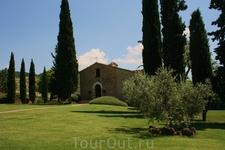 маленькая церковь рядом с Urbino Resort