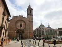 Вид на главный фасад церкви. Именно этот фасад, а не узорчатый барочный считается основным.