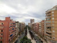 С этой точки город виден насквозь, через бульвары, La plaza de Luceros, еще бульвары и видно море.