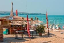 Ресторан на пляже. Хозяин-бармен Бобби делает прекрасные божественные коктейли)