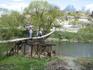 только самые смелые пересекают речку по этому мосту