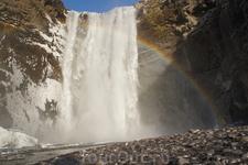 Виновник круговорота встретил нас радугой.Это приятно!!!Водопад Skogafoss во всей красе.