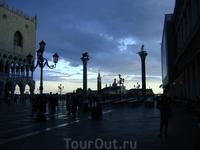 Есть в Венеции традиция – приходить сюда встречать закат: смаковать ароматный кофе, наблюдая за тем, как заходящее солнце окрашивает купола красивейшего ...