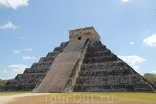 В один из дней приехали в древний город Чичен-Ицу. Самая знаменитая постройка в Чичен-Ице - Эль-Кастильо (Замок). Эта пирамида была построена на вершине ...