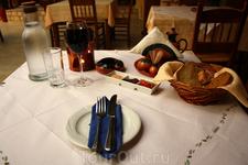 Одни из ужинов в таверне Kastro, в Панормо. И это еще не принесли мой заказ - голодным отсюда точно не уйдешь. Вообщем ужины в Греции это мероприятие долгое ...