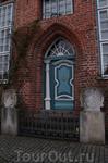 Дверь в доме на набережной