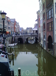 Амстердам, типичный ландшафт, домики расположенные вдоль каналов.