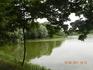 озеро вдоль подъездной аллеи