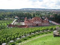 Вид на Тройский замок из Ботанического сада