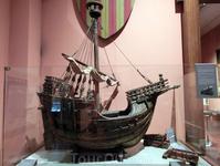 В музее хранятся экспонаты, связанные с историей испанской Армады со времен Католических королей и до наших дней.