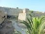 На самом деле древний Родос окружает несколько стен, между которыми есть глубокий ров