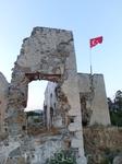 На холме у отеля стоят развалины крепости Kadikale, давшей название отелю и местности, где стоит отель.