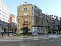А это площадь Мадрида и на ней тоже человечки, но в виде скульптурной группы.