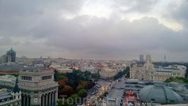Вид на Мадрид с террасы Центра Искусств. Вид на улицу Алькала и площадь Сибелес.