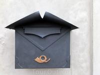 Почтовый ящик на стене. Глядя на почтовый рожок на ящике, кажется, что сейчас прискачет гонец с важной вестью для хозяина замка.