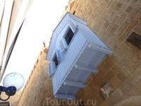 Такие благоустроительные находки украшают исторические здания Яффы, это вклады иностранных бизнесменов в развитие культуры страны. Без претензий.
