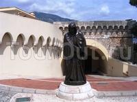 Памятник основателю династии Гримальди